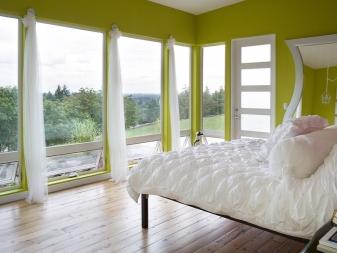 Дизайн спальни с окнами (70 фото): интерьер с двумя большими панорамными или неровными окнами