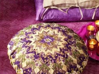 Подушки в стиле - пэчворк - (48 фото): лоскутные аппликации, декор из джинсовых лоскутков, идеи из обрезков разных тканей, круглая подушка на табурет