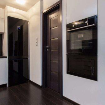 Интерьеры с ленолеумом на полу и дверями цвета анегри