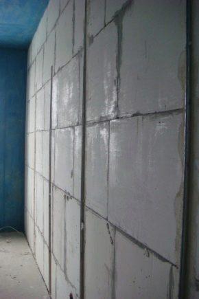 Процесс штукатурки стен по маякам