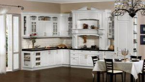 Оформление фартука на белой кухне