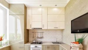 Дизайн маленькой кухни площадью 7 кв. м с холодильником