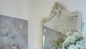 Большое зеркало в интерьере прихожей