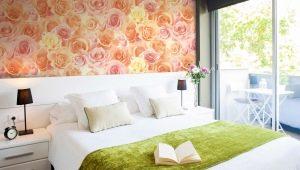 Обои с розами в интерьере комнаты