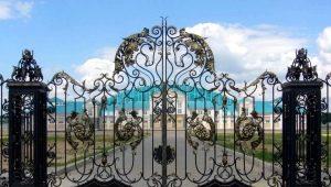 Ворота с элементами ковки: виды и правила ухода
