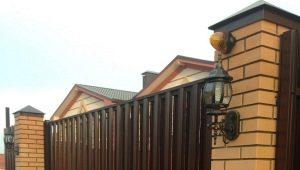 Заборы из кирпича и профнастила: особенности установки