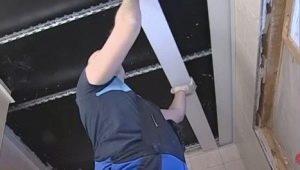 Процесс монтажа реечного потолка