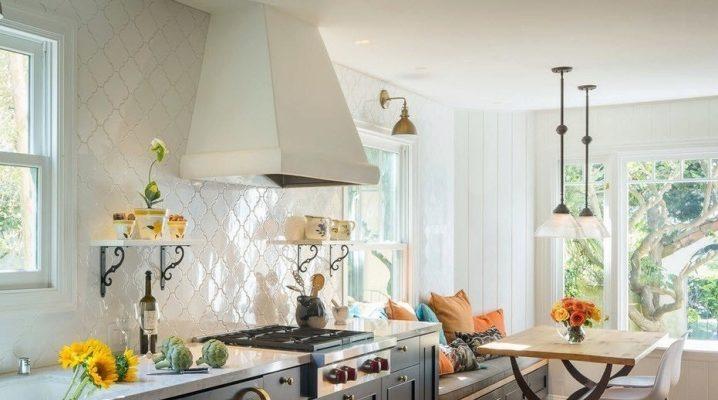 Узкая кухня-гостиная