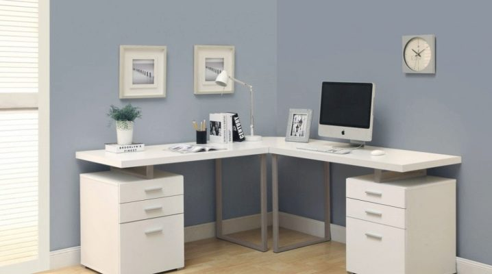 Белый угловой компьютерный стол в интерьере