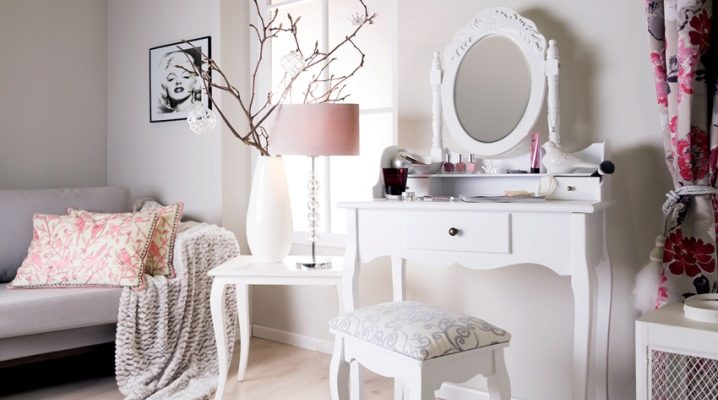 Белый туалетный столик в современном интерьере