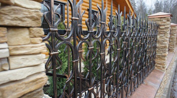 Кованые заборы: характеристики и плюсы