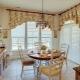 Современные короткие шторы на кухню