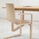 Деревянные стулья с подлокотниками в современной стилистике