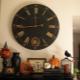 Большие настенные часы: оригинальные модели в интерьере гостиной