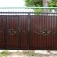 Ворота из профнастила с элементами ковки: практичное и красивое решение