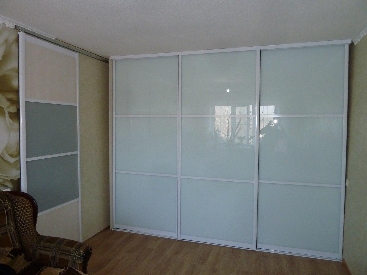 Белый шкаф-купе (55 фото): глянец и лак в интерьере спальни,.