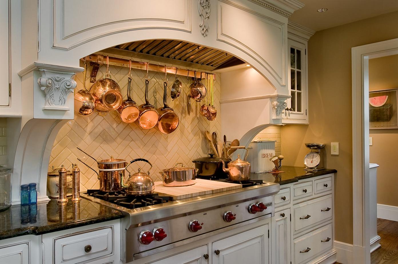 109Интерьер кухни с посудой