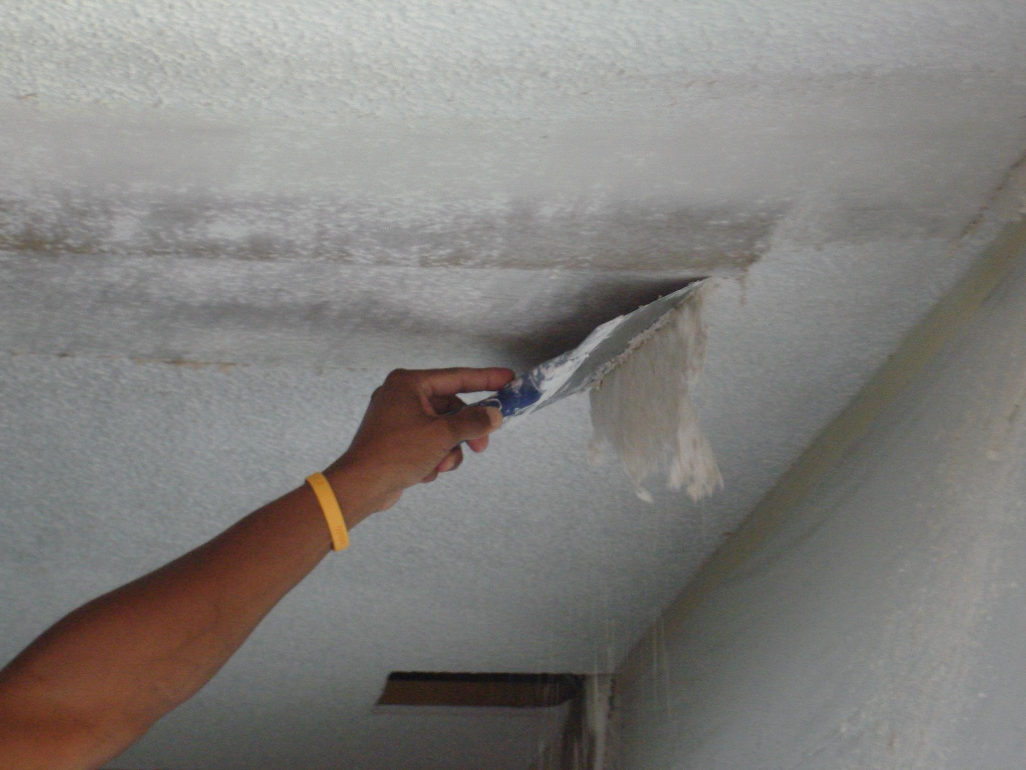 Как снять старую краску с потолка своими руками