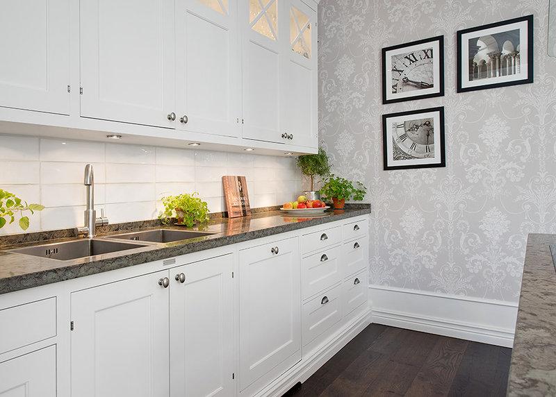 Интерьер кухни с серыми обоями фото
