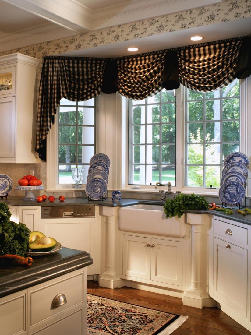 Фото дизайн штор для кухни с эркерными окнами