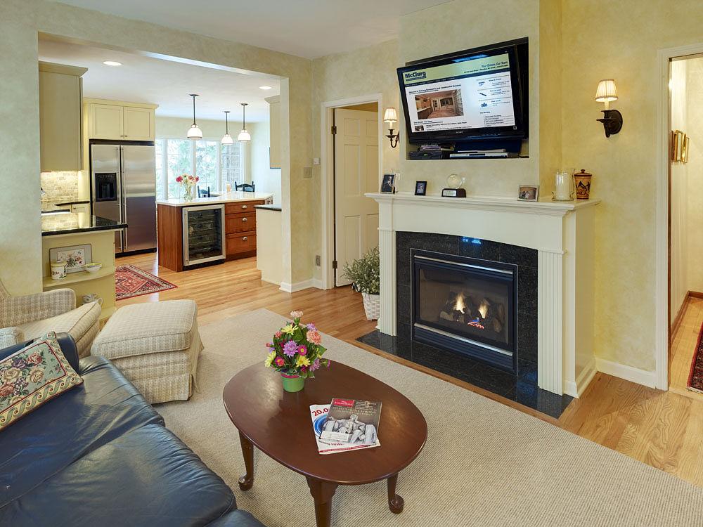 Телевизор над электрокамином в интерьере гостиной фото