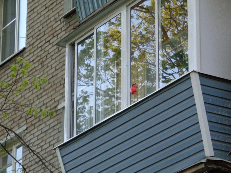 Остекление алюминиевым профилем балконов с выносом отлок.
