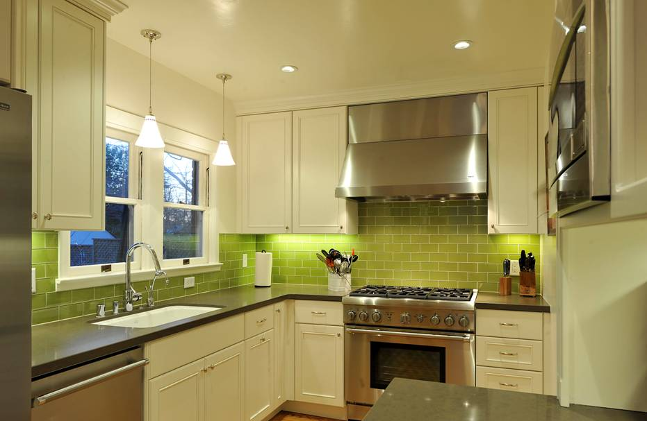Интерьер кухни в зелено-бежевых тонах фото