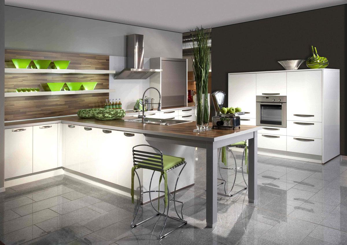 Интерьер кухни с белым кухонным гарнитуром фото