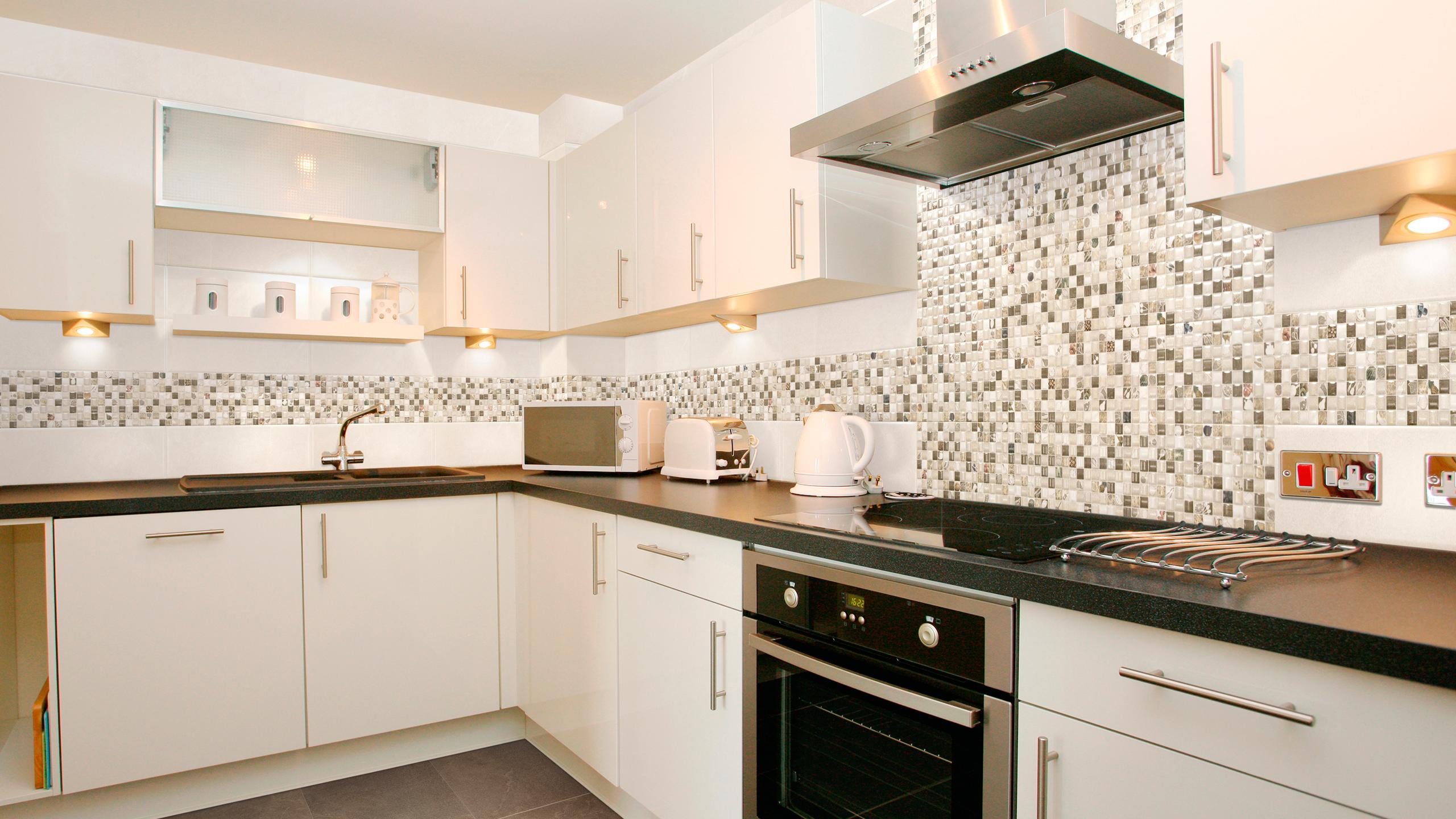 Стильные фартуки для кухни из плитки