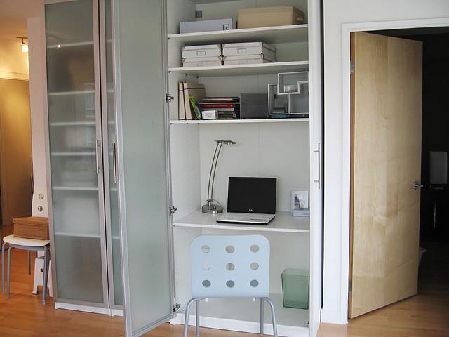 Домашний офис на 1 квадратном метре: идея 2 - рабочая станци.