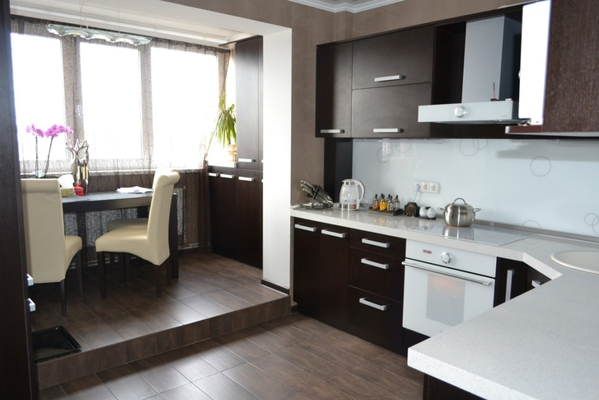 Кухня, совмещенная с балконом: 70 фото идей присоединения ба.