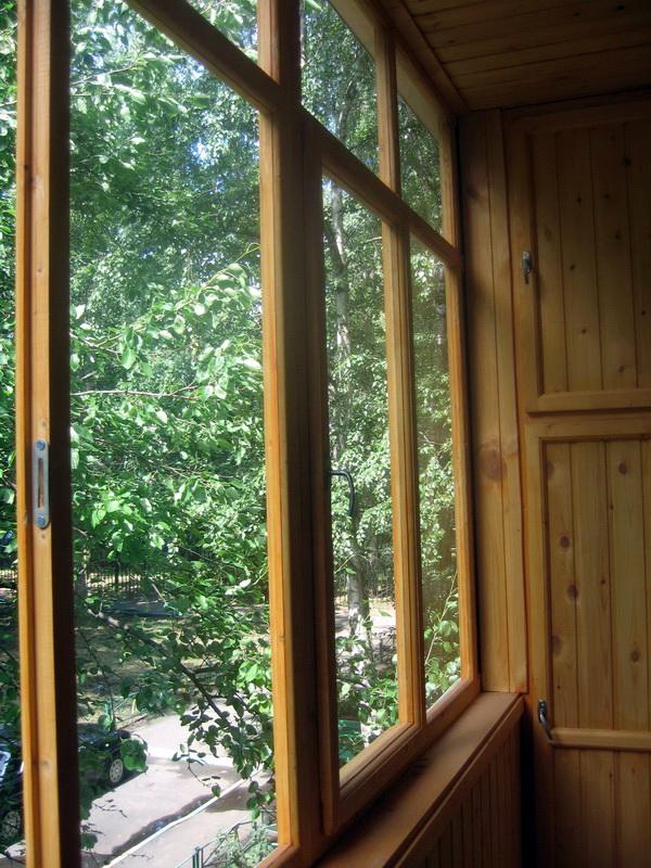 Как застеклить балкон деревянными окнами видео.