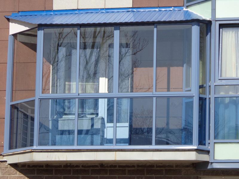 Остекление балконов с крышей: с выносом и установкой.