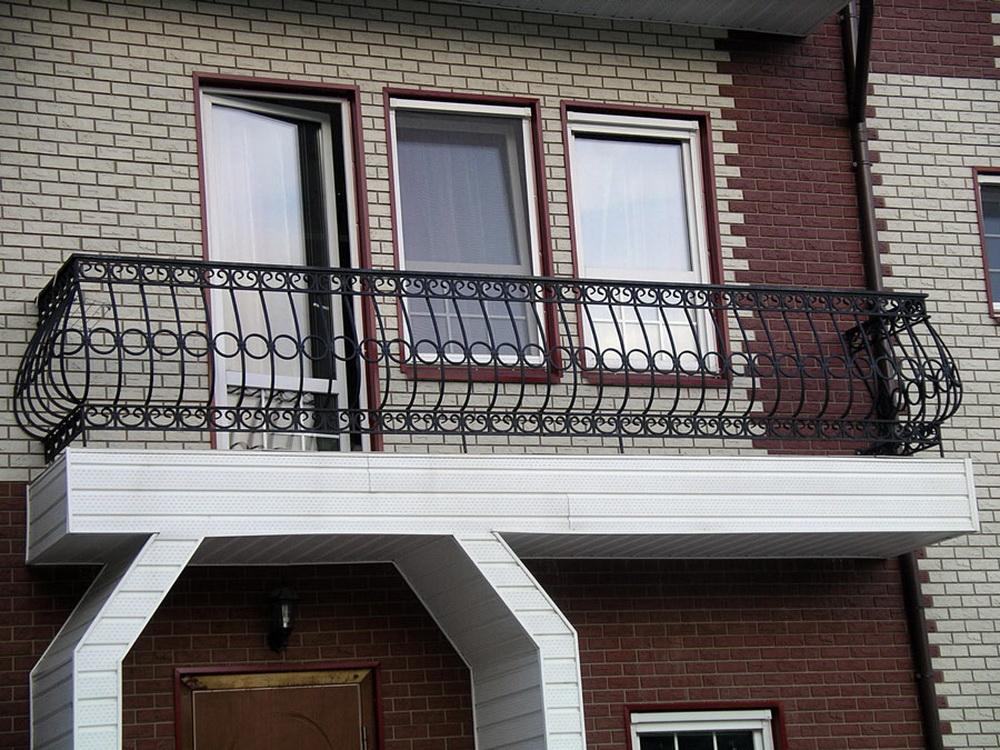 Перила на балкон (51 фото): деревянные ограждения и из метал.