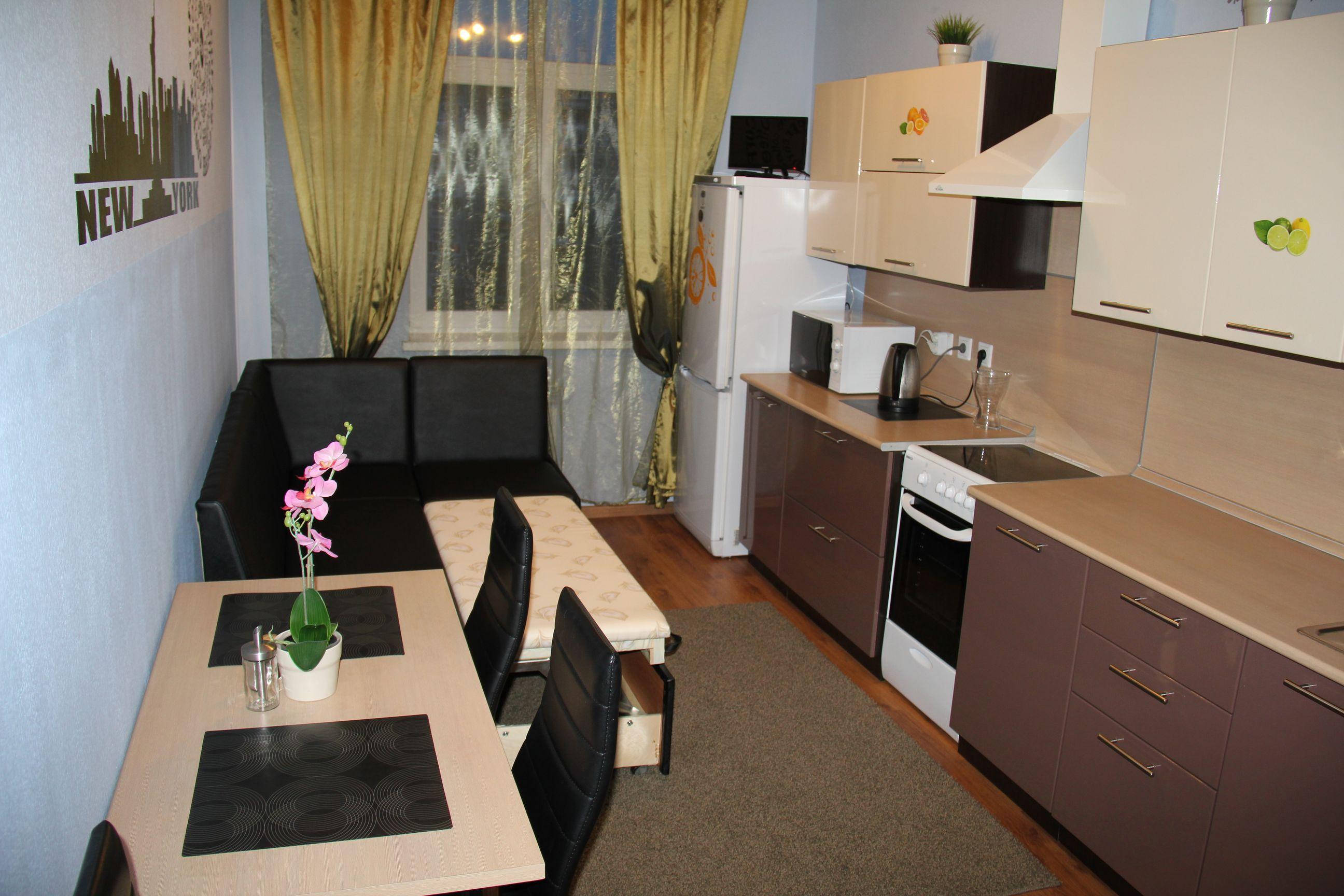 Дизайн длинной кухни с диваном.