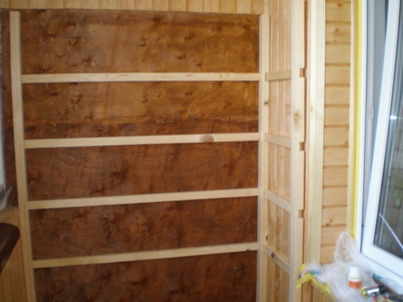 Отделка балкона подручными материалами.
