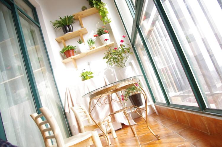 Полки на балконе для цветов фото.