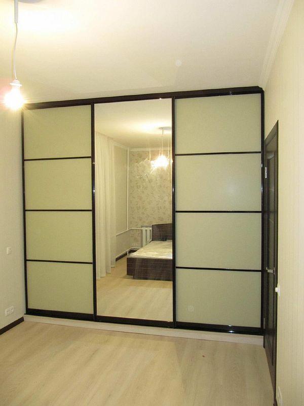шкаф-купе с матовым стеклом и зеркалом фото