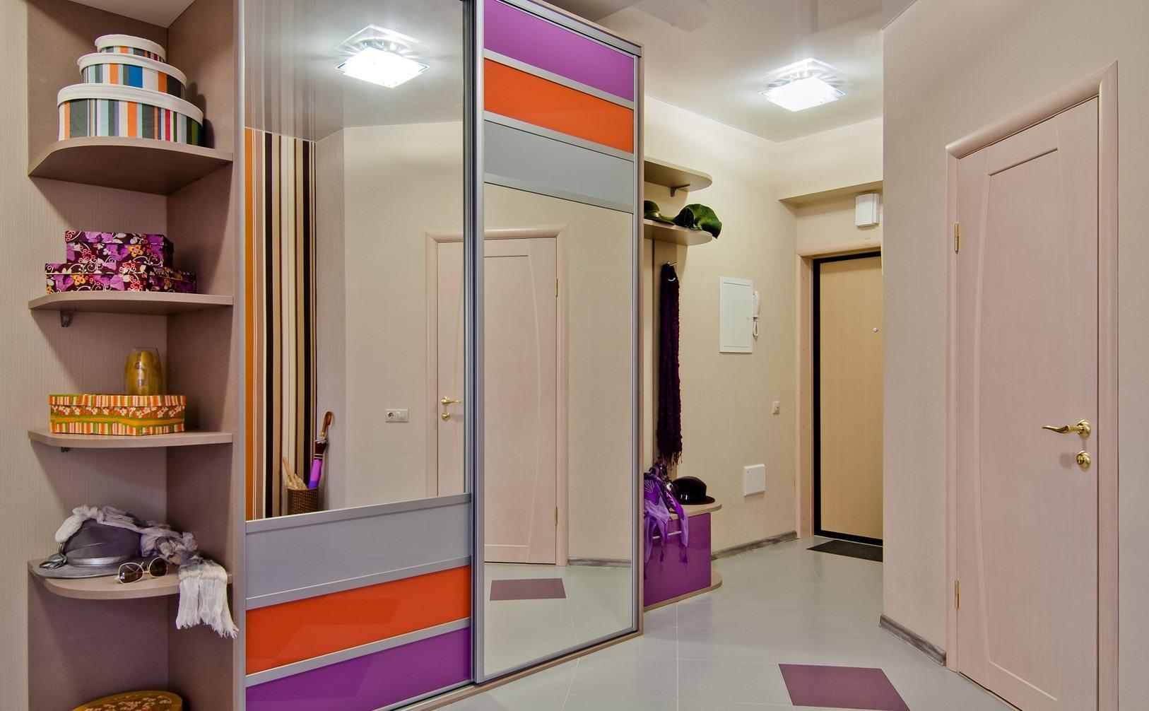 Маленькая прихожая шкаф с яркой картинкой.