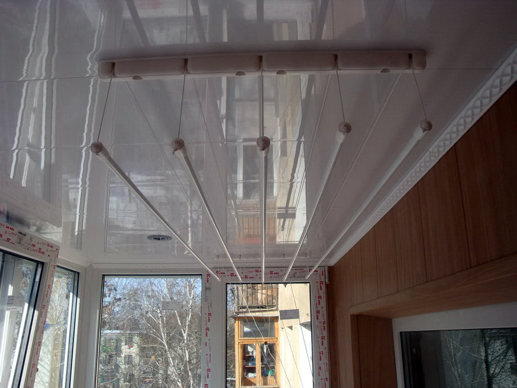 Сушилка для белья на балкон (112 фото): подвесная и потолочн.