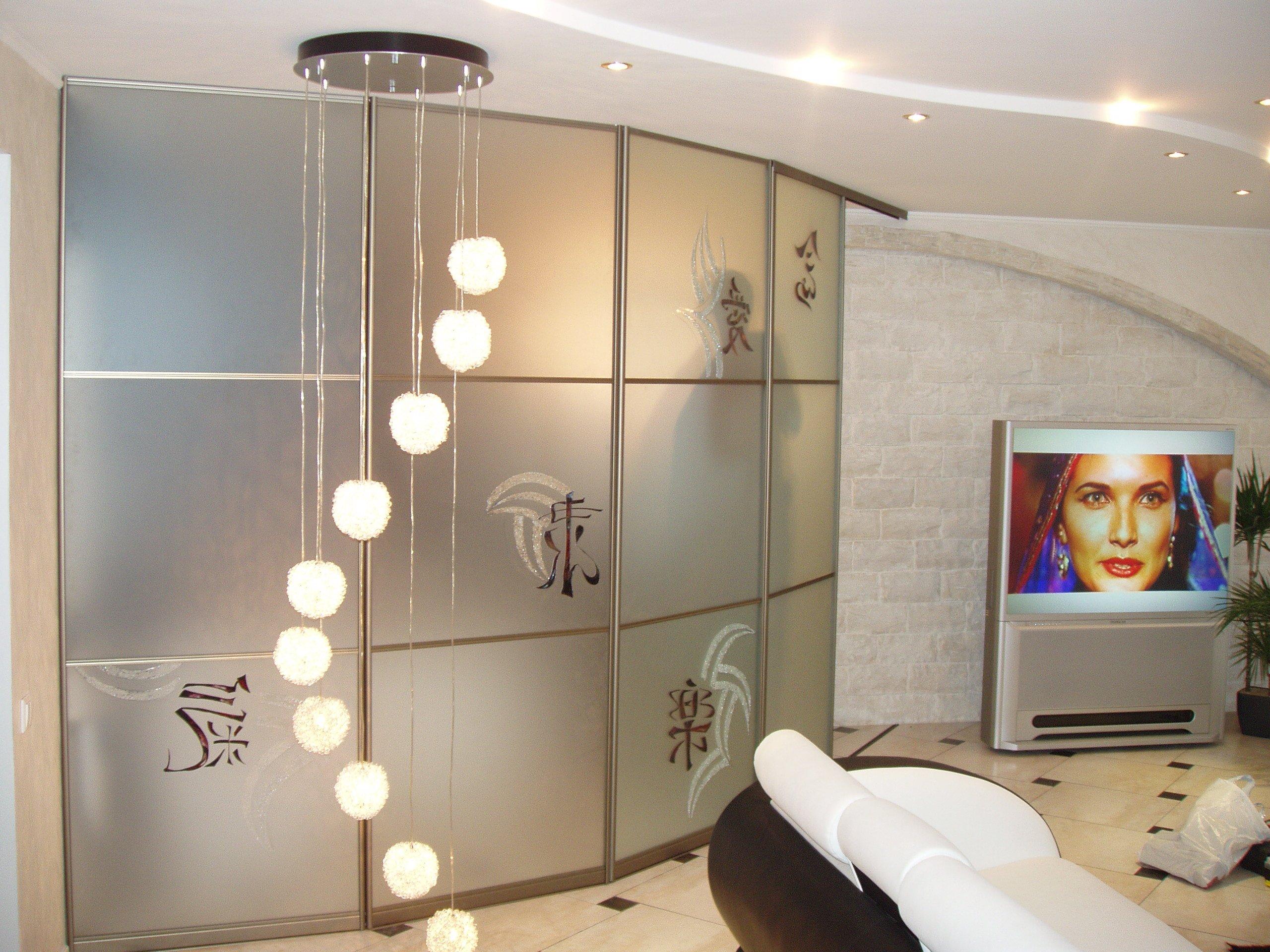 Угловой шкаф-купе (106 фото): в комнату, полукруглый, дизайн.