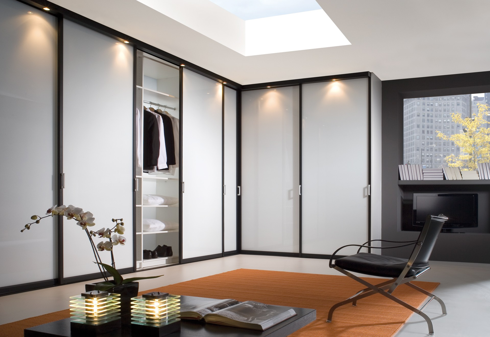 Шкафы купе в современном интерьере - примеры, фото.