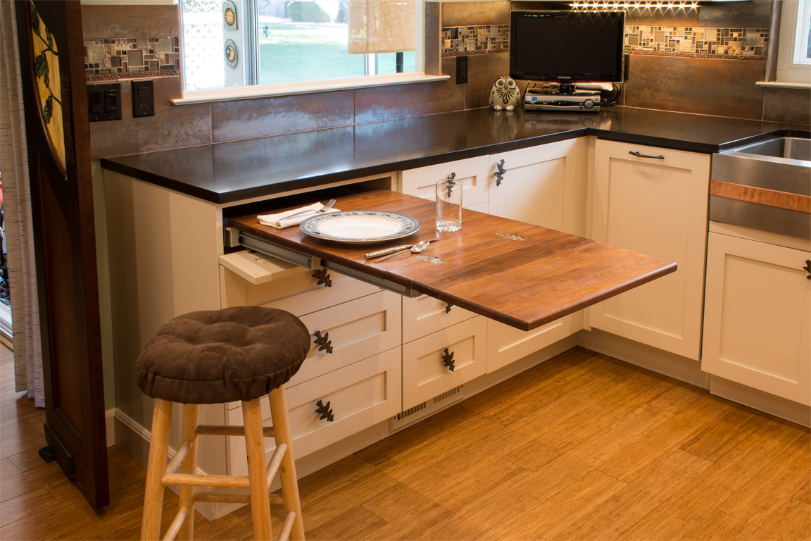 Интерьер небольшой кухни: используем практичный выдвижной ст.