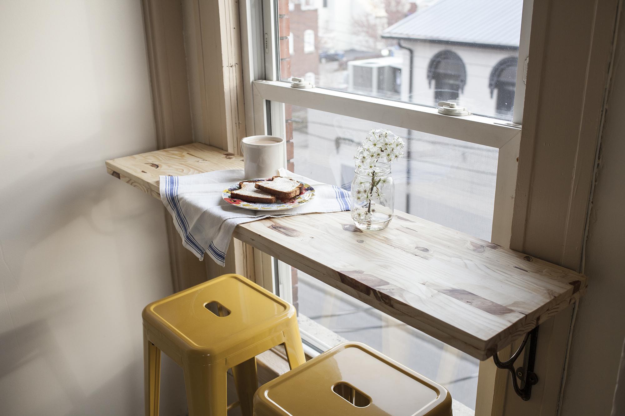 Столик на балкон с плиточной столешницей.