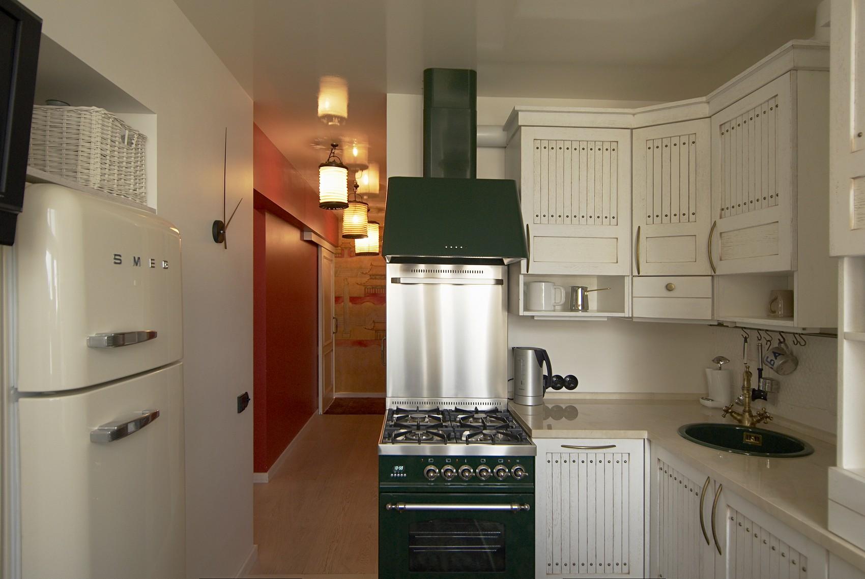 Дизайн кухни 6 кв м с холодильником и газовой колонкой
