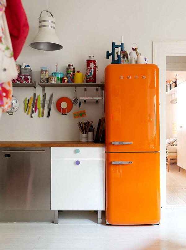 Кухня с оранжевым холодильником