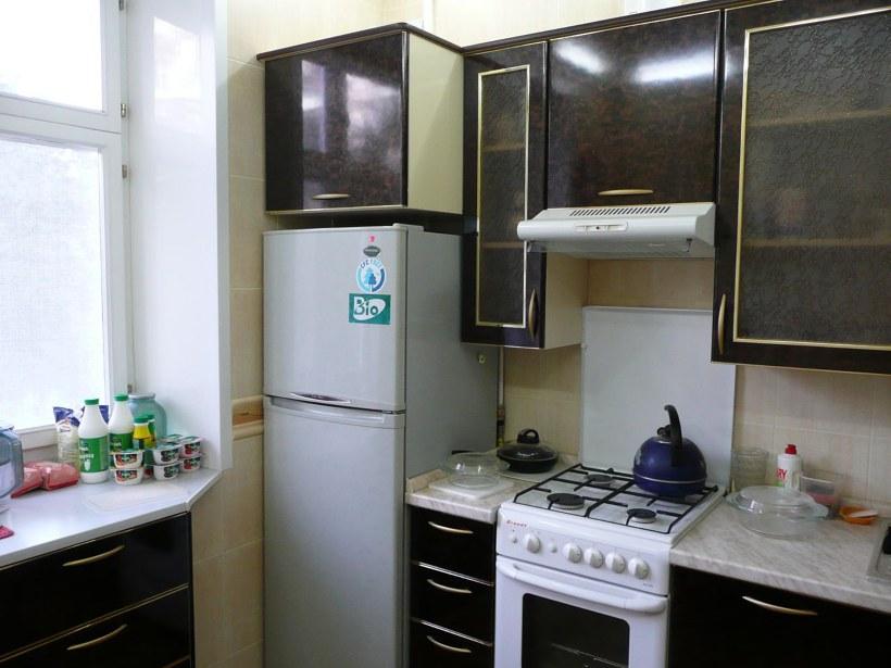 Дизайн маленькой кухни с газовой плитой и холодильником