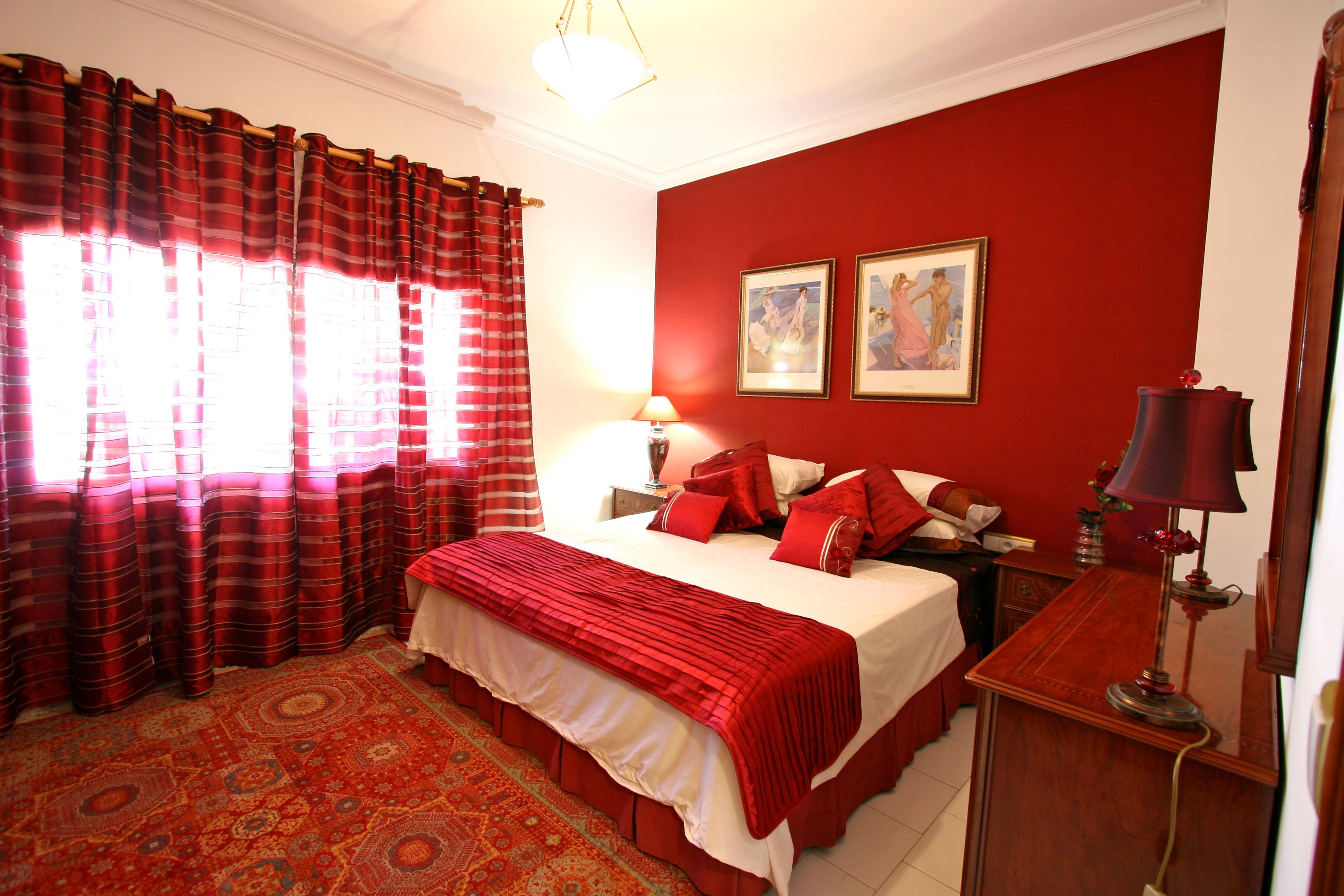 Дизайн спальни с красными шторами фото