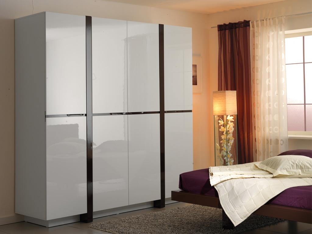 Белые глянцевые шкафы: трехстворчатые модели для одежды с ра.