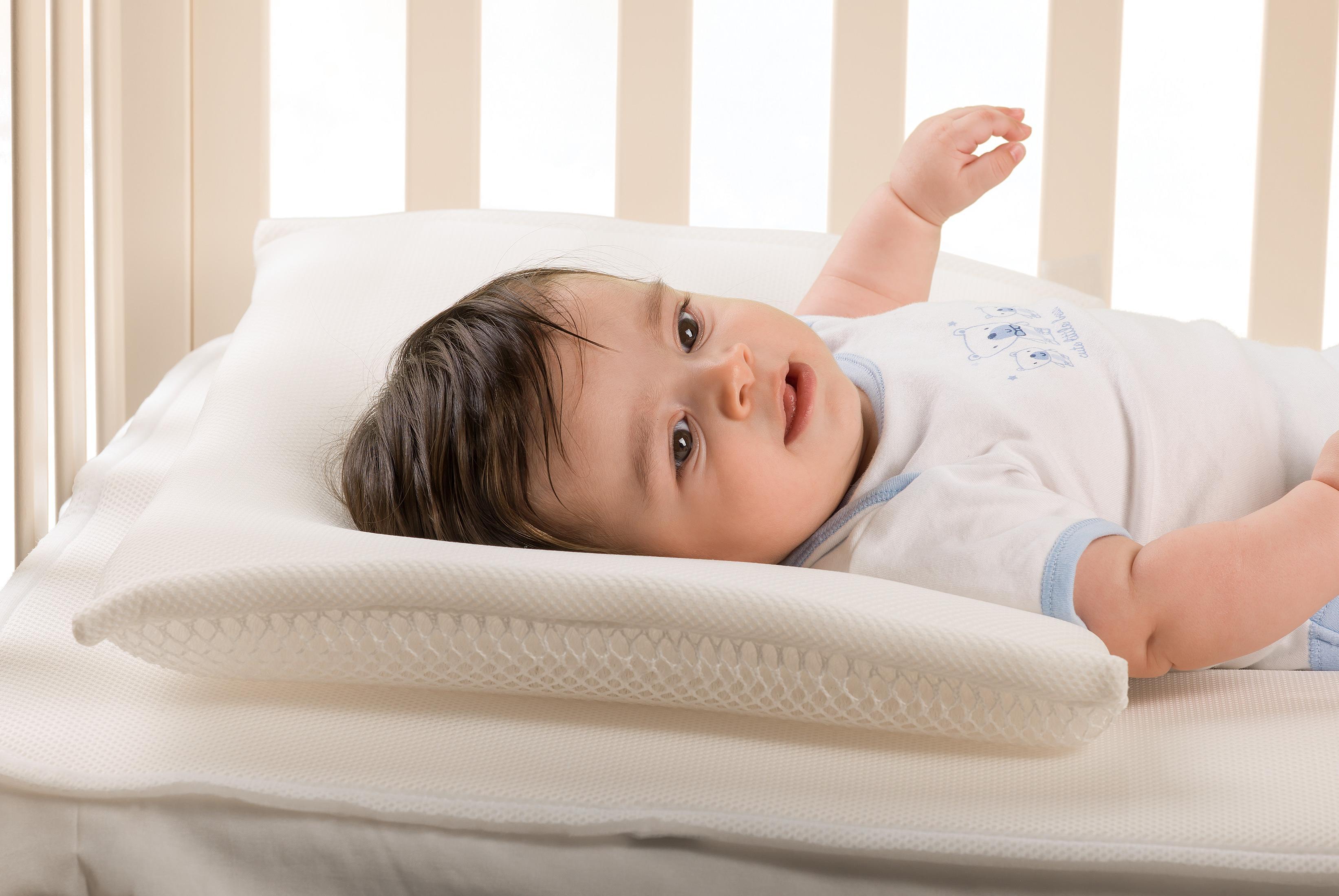 Как правильно ложить ребенка на ортопедическую подушку фото